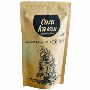 Шоколадът за пиене на Casa Kakau се произвежда по класическа технология от премиум селектирани какаови зърна и нерафинирана тръстикова захар. Този чист, 100% натурален продукт не съдържа лецитин, добавени растителни мазнини, или глутен и запазва всички положителни за здравето свойства на какаовите зърна. Съставки: Какаови зърна от Еквадор, кафява нерафинирана тръстикова захар Начин на приготвяне с машина за еспресо: Изсипете 2 супени лъжици шоколад за пиене в приблизително 140 мл мляко или вода. Разбъркайте енергично. Подгрейте на парата на еспресо машината до сгъстяване. Напитката се сервира гореща в чашата. Начин на приготвяне на котлон: Изсипете 2 супени лъжици в съд и използвайте метода на водната баня, за да стоплите и сгъстите шоколада. Разбъркайте до получаване на еднородна смес и добавете приблизително 140 мл по избор прясно или ядково мляко. По избор може да добавите чили, розов пипер или канела.